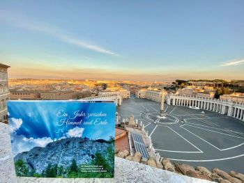 Buch im Vatikan mit Blick auf den leeren Petersplatz in Rom 2
